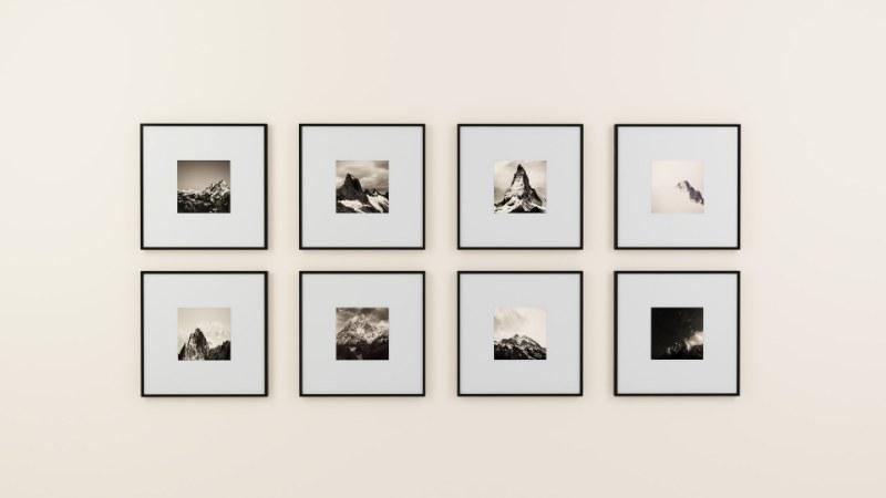 Consigli per appendere i quadri senza rovinare i muri: ecco come fare